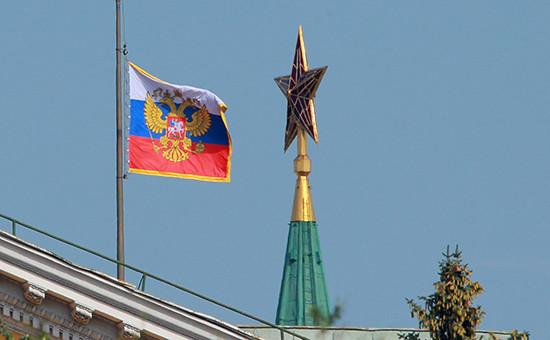 Приспущенный штандарт президента России. Москва, Кремль (архивное фото)