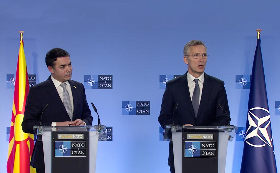 Йенс Столтенберг (справа) и министр иностранных дел Македонии Никола Димитров