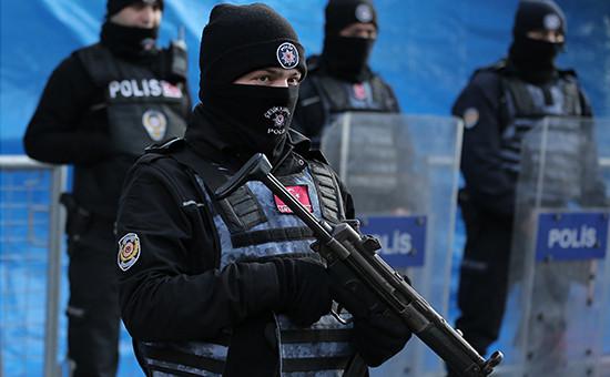 Полиция вСтамбуле у ночного клуба, гдепроизошел теракт