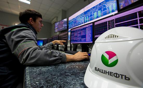 Работник сидит перединформационными экранамивовремя работы нанефтеперерабатывающем заводе «Башнефти», 27 сентября 2016