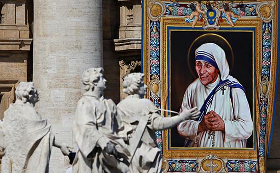 Гобелен с ликом матери Терезы на фасаде собора св. Петра в Ватикане