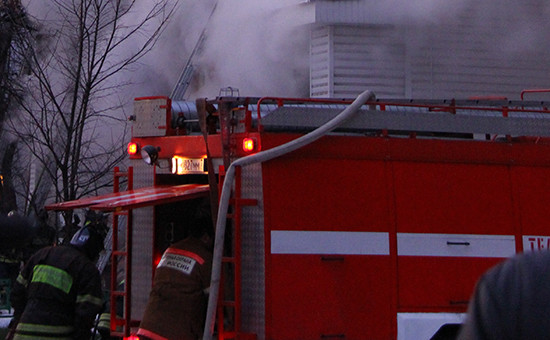 Пожарная машина вовремя тушения пожара. Архивное фото