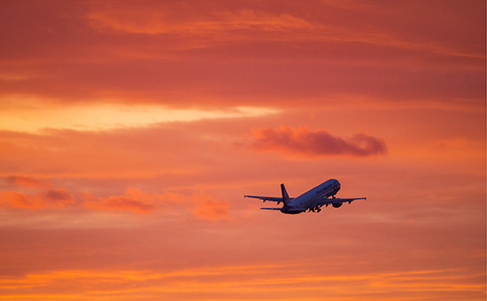 Взлет самолета вмосковском аэропорту Домодедово