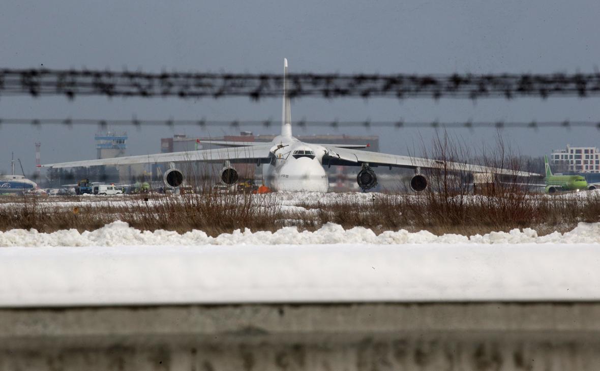 Самолет Ан-124 авиакомпании «Волга-Днепр» на территории аэропорта Толмачево