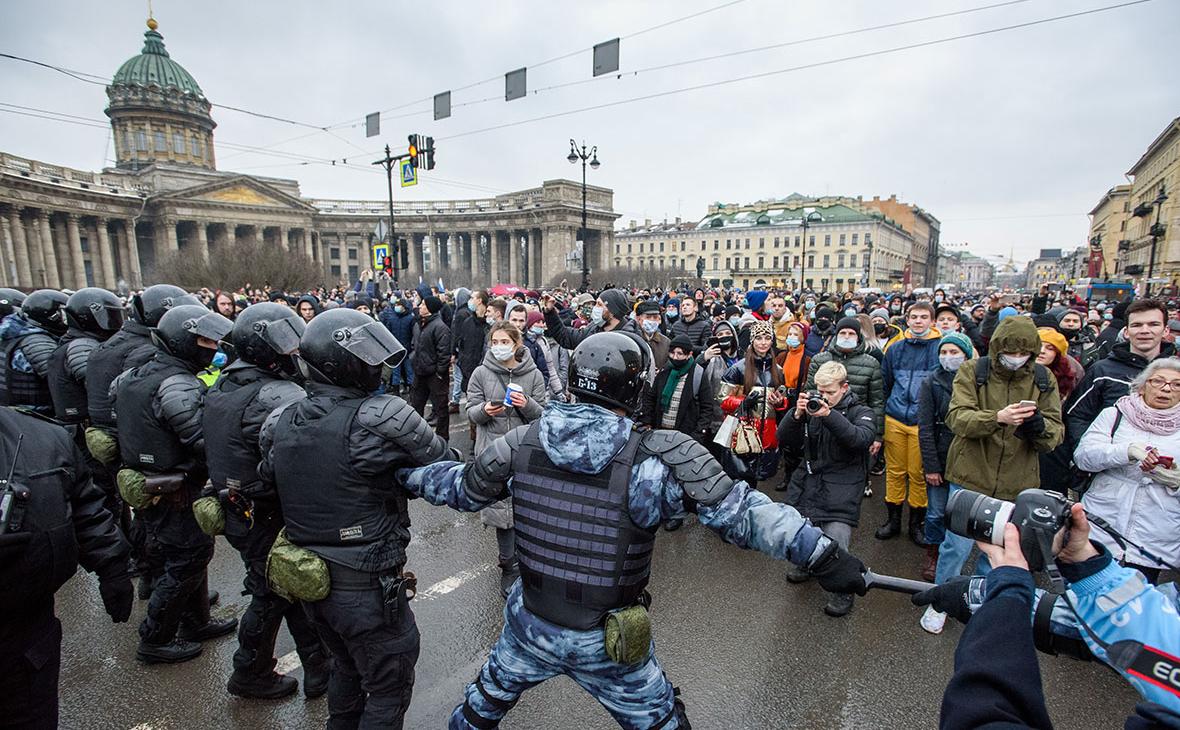 Сотрудники полиции и участники несанкционированной акции в поддержку оппозиционера Алексея Навального