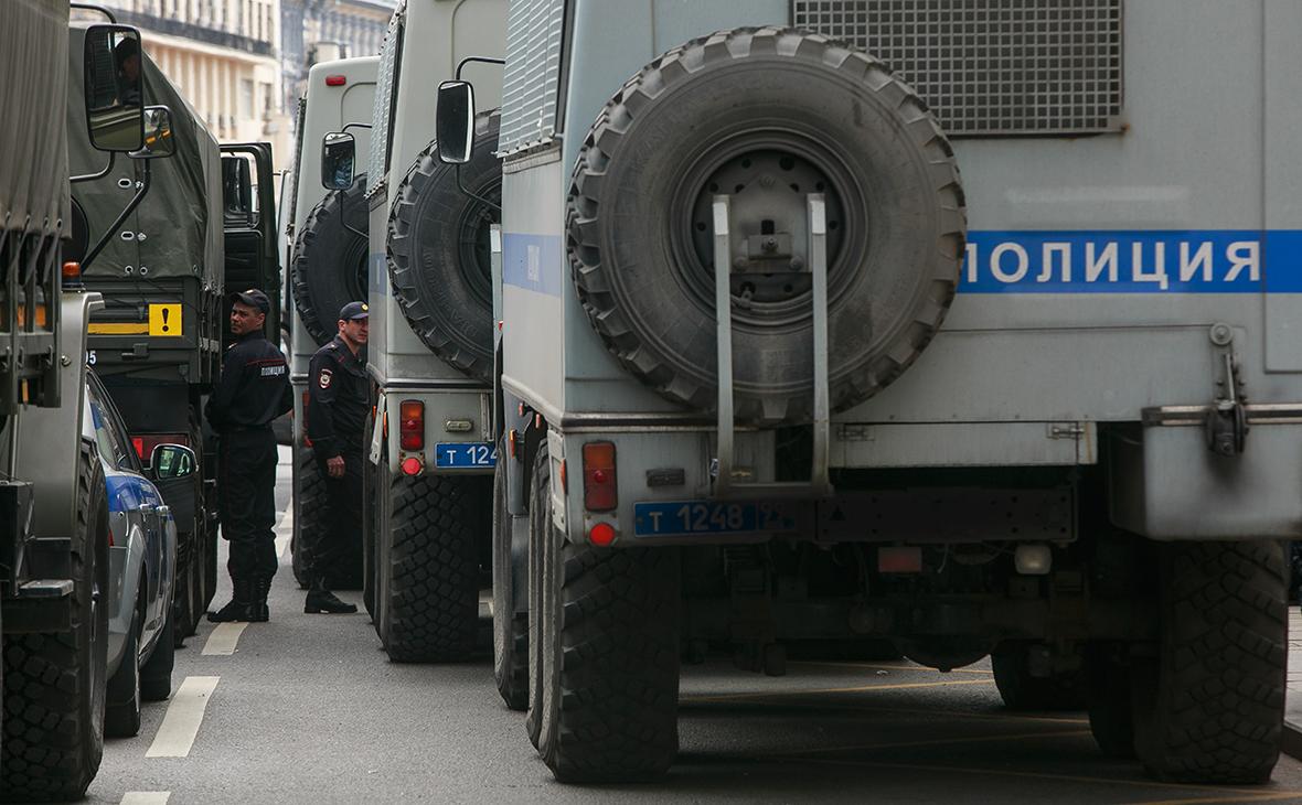 Полицейские грузовики вовремя несанкционированного митинга вДень России