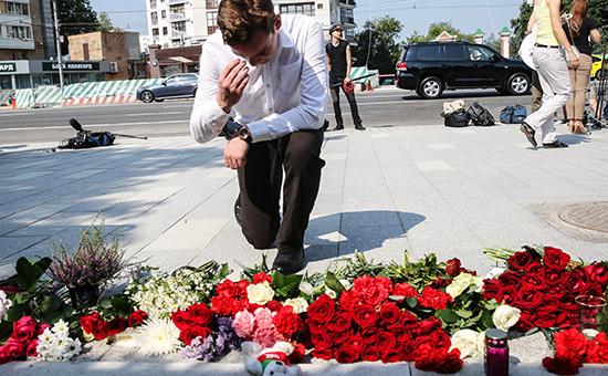 Москвичи возлагают цветы у посольства Франции впамять опогибших врезультатетеракта вНицце