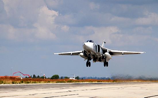 Российский фронтовой бомбардировщик Су-24 взлетает с авиабазы Хмеймимв Сирии
