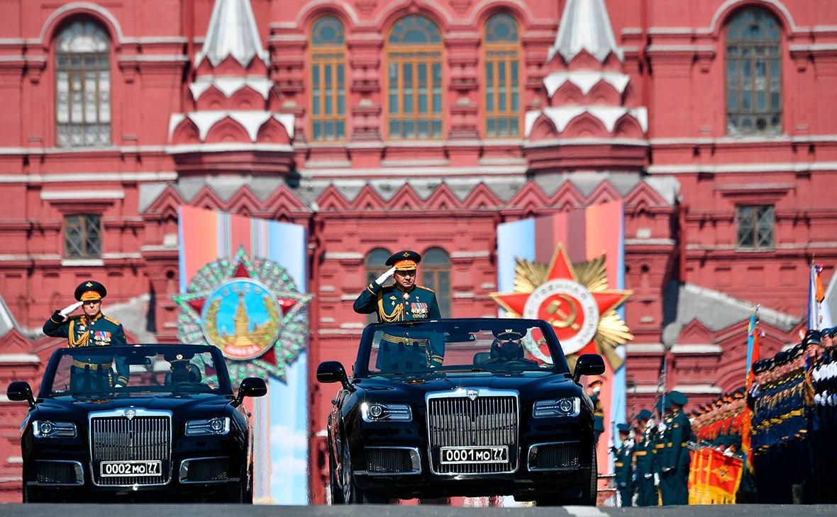 Сергей Шойгу (в центре) и Олег Салюков на автомобилях Aurus Senat