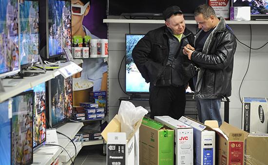 Покупатели в магазине бытовой техники и электроники «М.Видео»