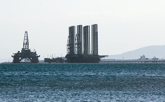 Нефтяные платформы в Каспийском море. 2012 год