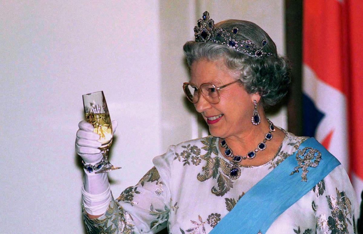 Королева Елизавета на банкете в президентском дворце во время визита в Польшу, 1996