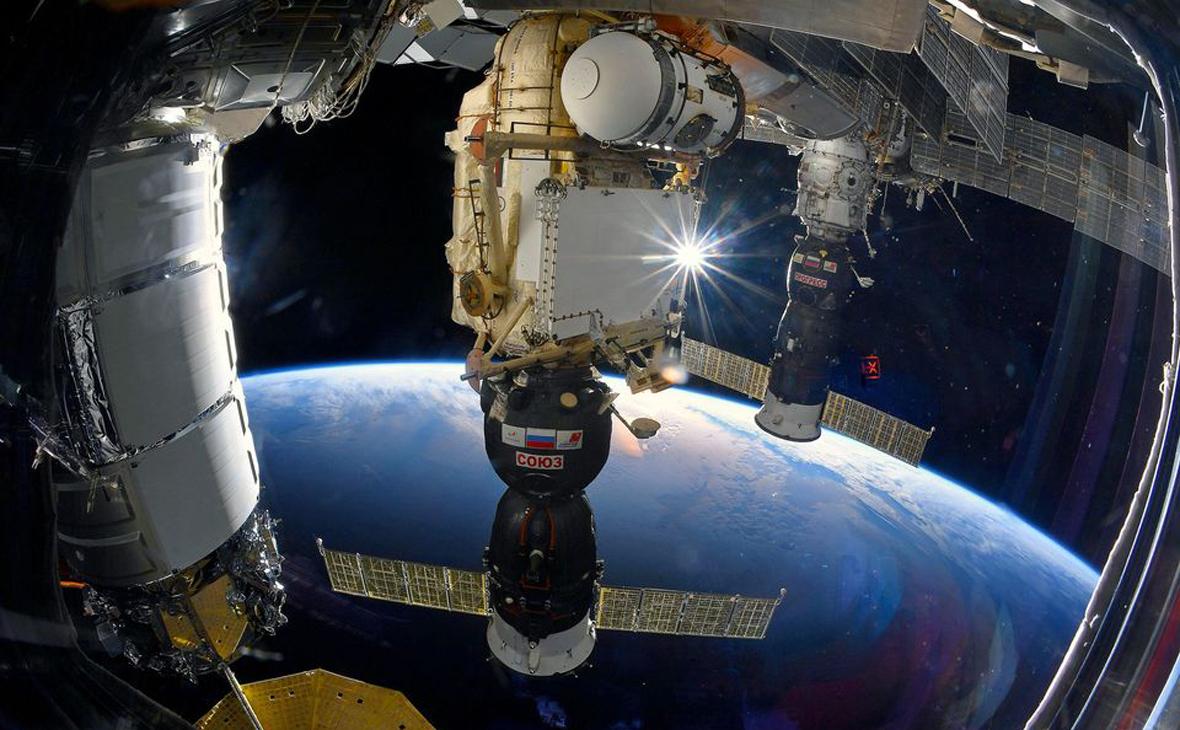 Грузовой космический корабль «Прогресс МС-14» (справа)