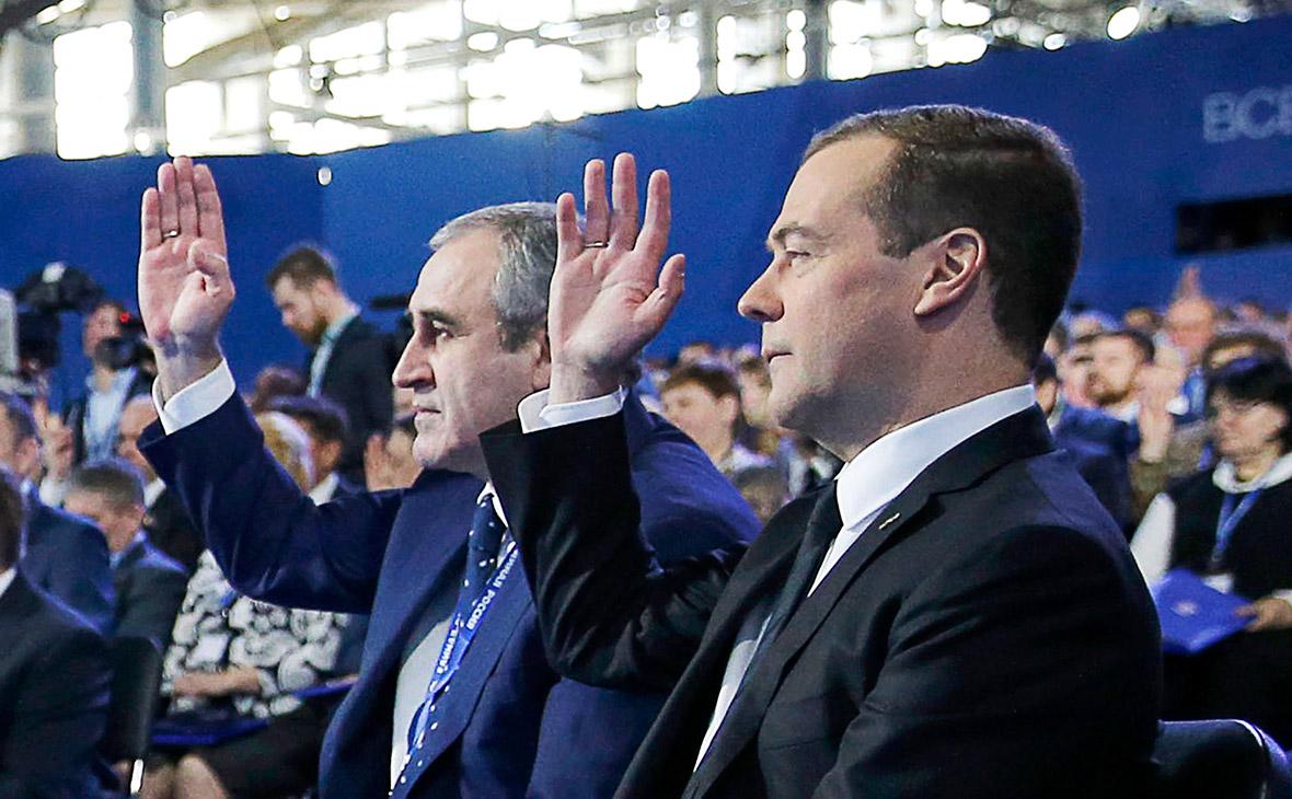 Дмитрий Медведев и Сергей Неверов (справа налево)