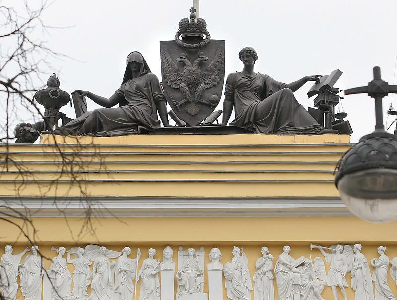 Скульптура «Правосудие и Благочестие» на здании Конституционного суда РФ