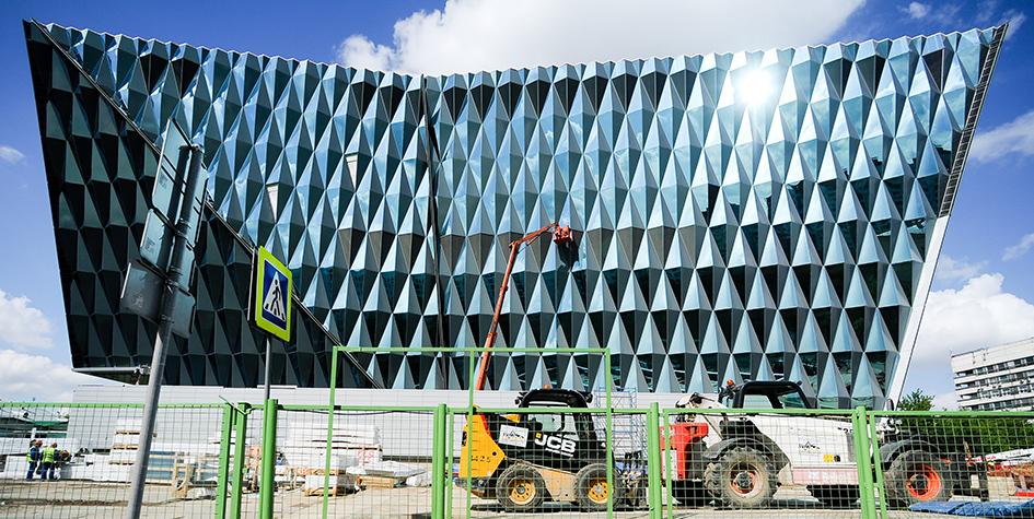 Вид на строящееся новое здание медиацентра НТВ на территории телецентра «Останкино»