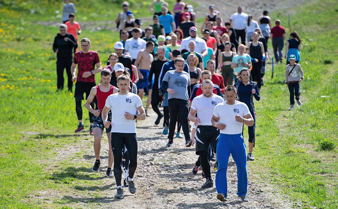 Участники массовой зарядки на территории спортивно-туристического комплекса «Горный воздух» в Сахалинской области