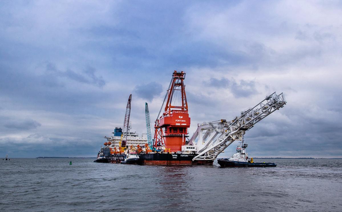 Трубоукладочная баржа «Фортуна» по пути к датскому острову Борнхольм для возобновления строительства «Северного потока-2»