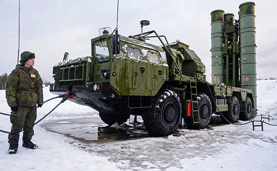 Военнослужащий у пусковой установки зенитной ракетной системы С-400 «Триумф»