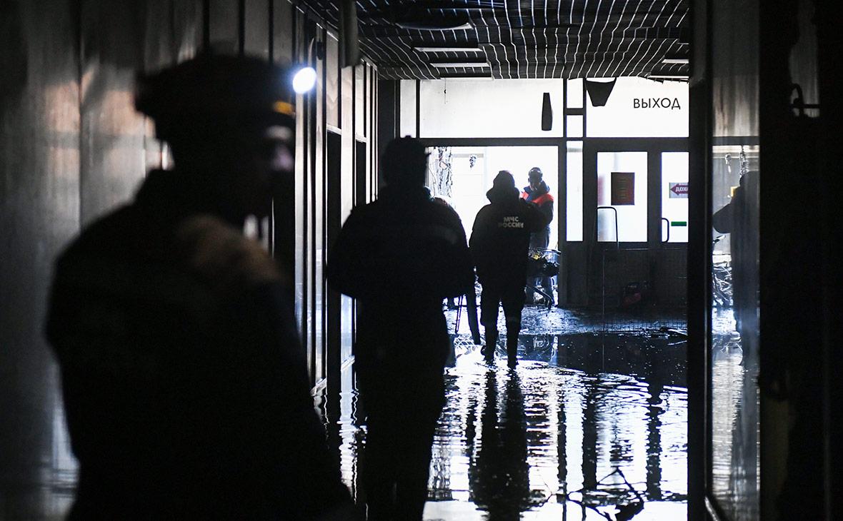Сотрудники МЧС России во время аварийно-восстановительных работ после пожара в ТЦ «Зимняя вишня»