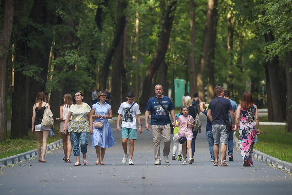 Посетители во время прогулки на территории музея-усадьбы «Архангельское»
