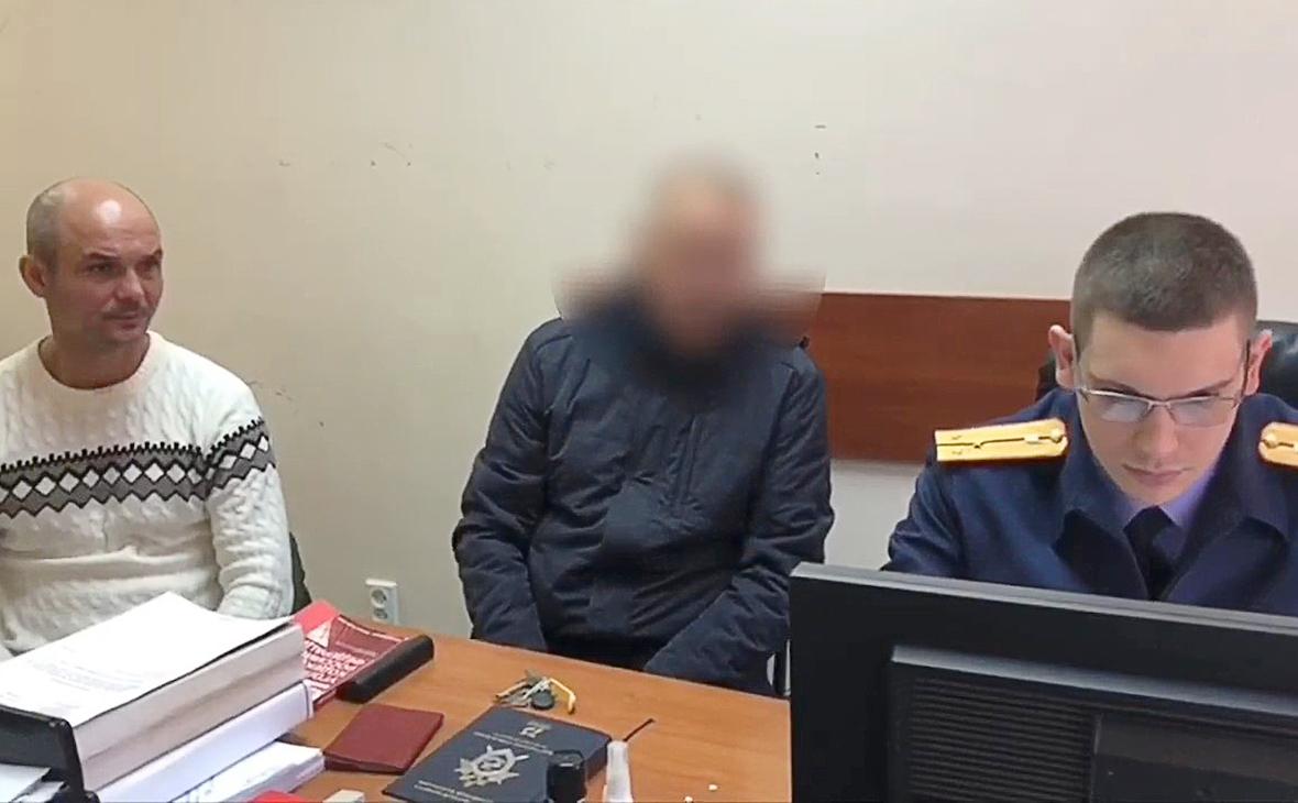 Обвиняемый в оставлении своих малолетних детей в аэропорту Шереметьево (слева)