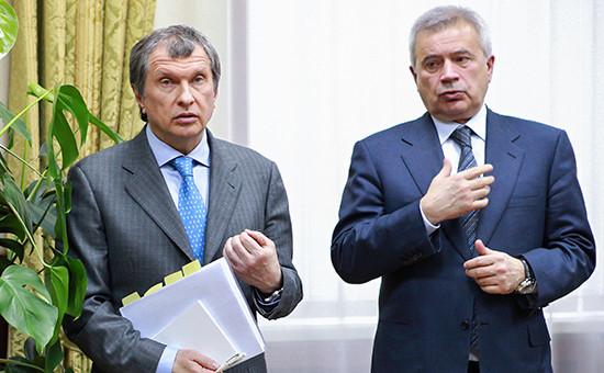 Глава «Роснефти» Игорь Сечин ипрезидент ЛУКОЙЛаВагит Алекперов (слева направо), 2011 год