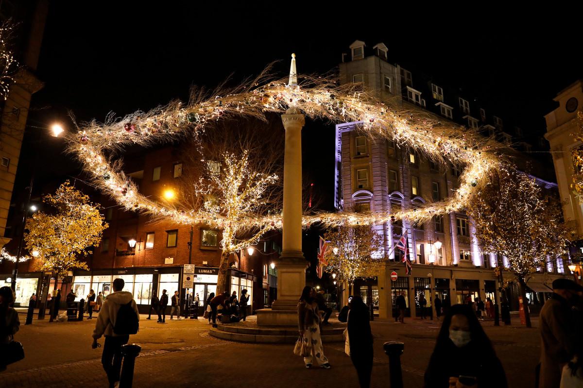 Рождественские огни освещают центр Лондона, Великобритания