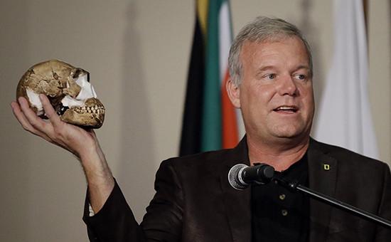 Профессор Университета Витватерсранда Ли Бергер демонстрируетреконструированныйчереп Homo naledi