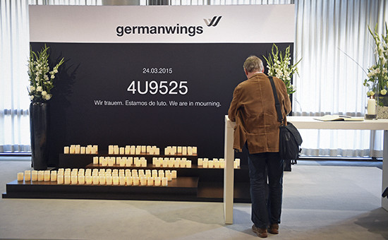 Мемориал жертвам крушенияAirbus A320 в офисеLufthansa. Гамбург, апрель 2015 года