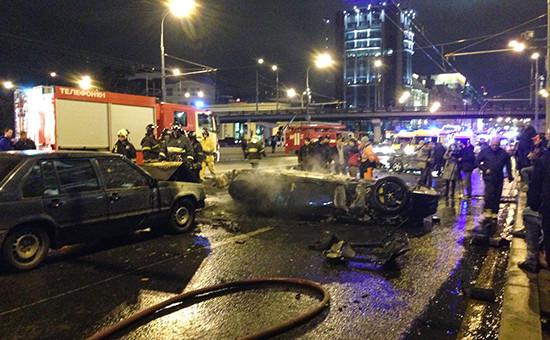 Место дорожно-транспортного происшествия (ДТП) с участием автомобиля Ferrari возле Крымского моста в Москве