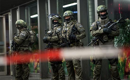 Сотрудники полиции возле одного из вокзалов Мюнхена