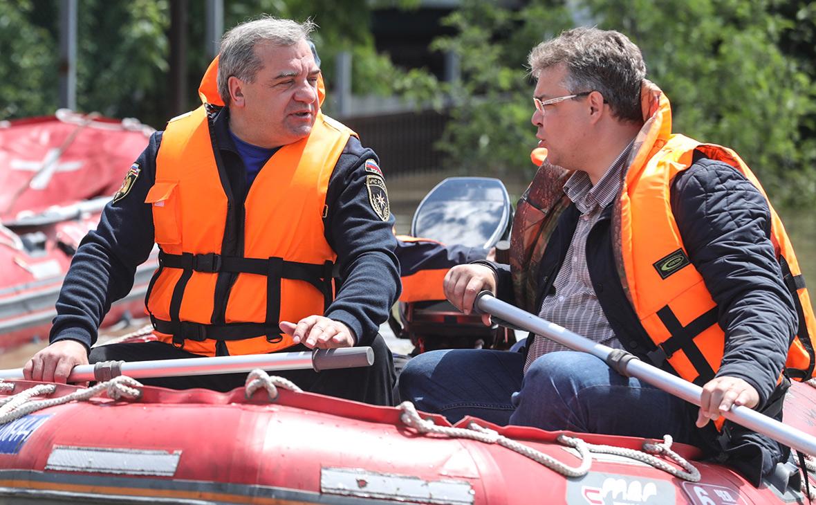 Владимир Пучков иВладимир Владимиров (слева направо) во время осмотра пострадавшего от паводка поселка