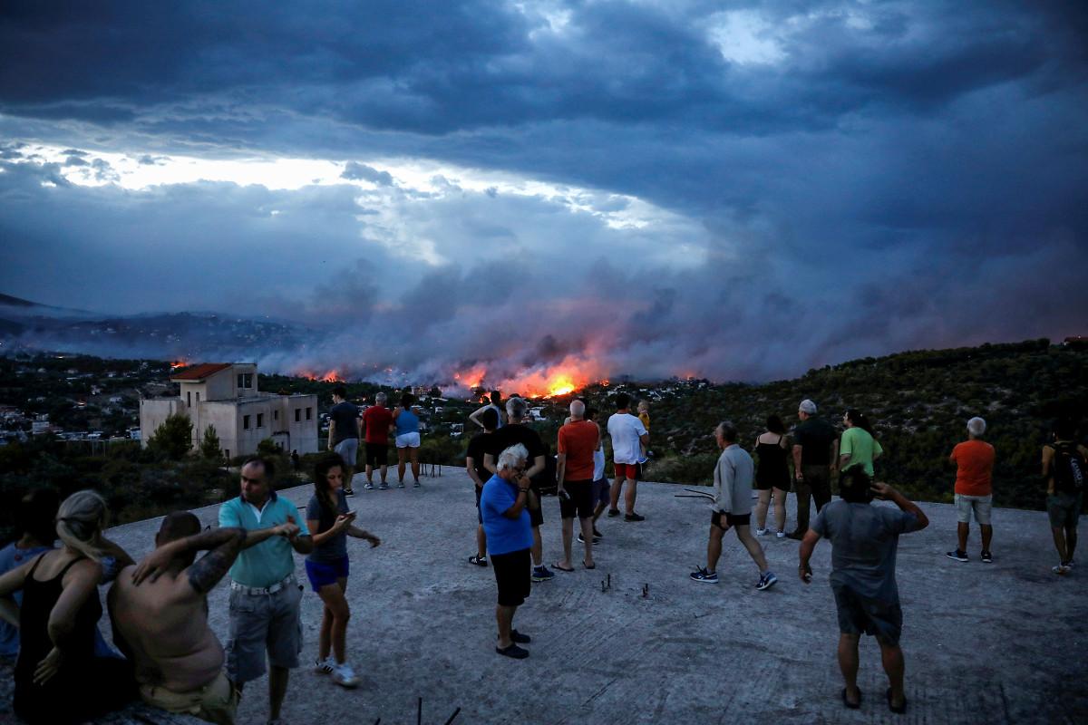 Уже несколько дней в одном из предместьевАфин продолжаются лесные пожары, вызванные жарой и сильным ветром.