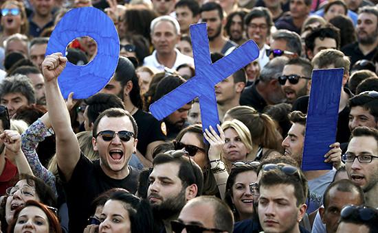 Жители Афин держат слово «нет» намитинге впреддверии референдума