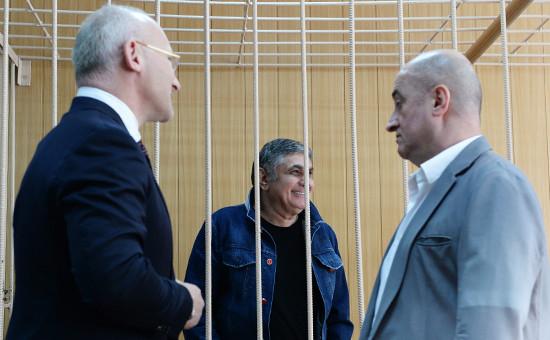 Захарий Калашов (в центре), известный вкриминальных кругах как«вор взаконе» Шакро Молодой, вТверском суде Москвы