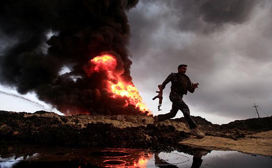 Пожар на нефтяных скважинах месторождения Каяра, подожженных боевикамитеррористической группировки «Исламское государство». Ирак