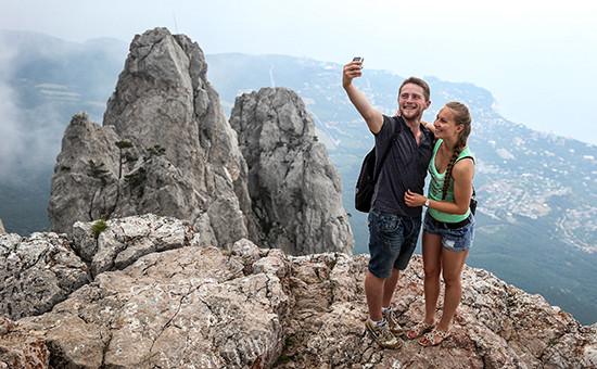 Туристы нагоре Ай-Петри вКрыму