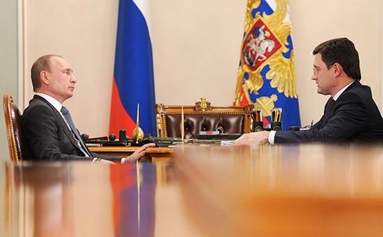 Президент России Владимир Путин иминистр энергетики РФ Александр Новак (слева направо). Архивное фото