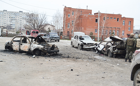 Здания и авто – повреждения после обстрела в городе Мариуполь, Украина. 24 января 2015 года
