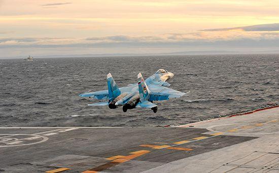 Корабельный истребитель Су-33 взлетает сборта авианосца «Адмирал Кузнецов». 2010 год