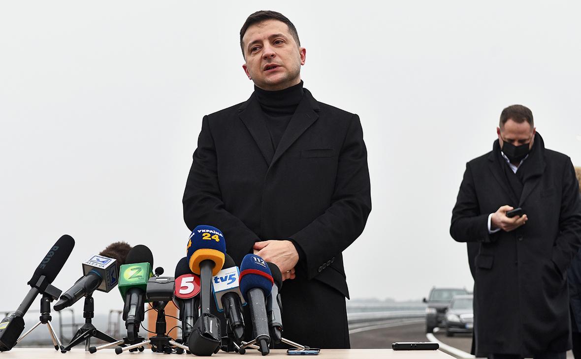 Зеленский ввел санкции в отношении сразу трех телеканалов и их владельца