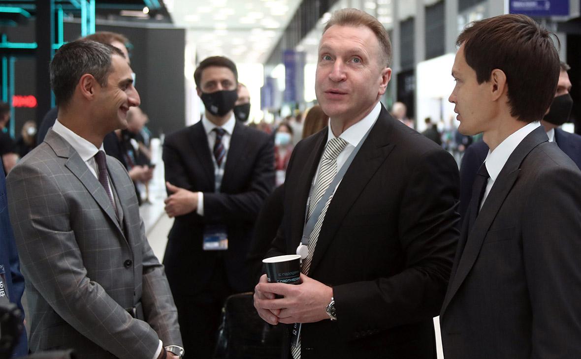 Игорь Шувалов (второй справа)