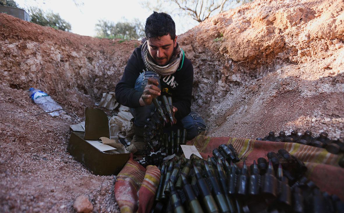 Сирийский боец, поддерживаемый Турцией, на передовой около города Саракиб