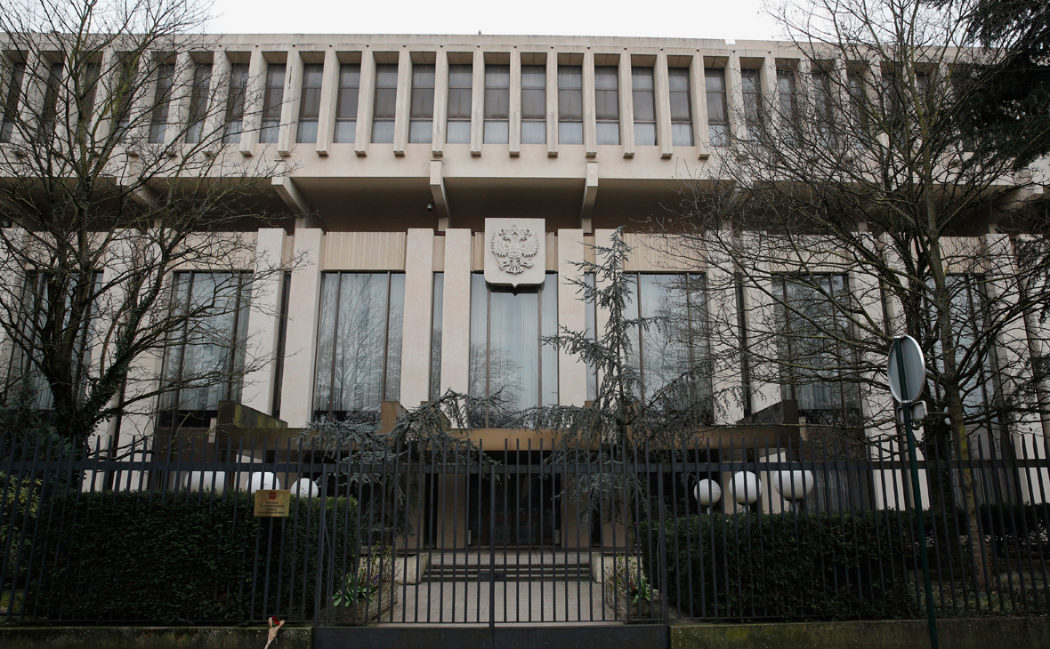 Вид на здание посольства Российской Федерации в Париже