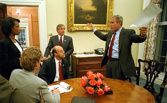 Бывший президент США Джордж Буш (справа) иего команда вдень трагедии передобращением кнароду
