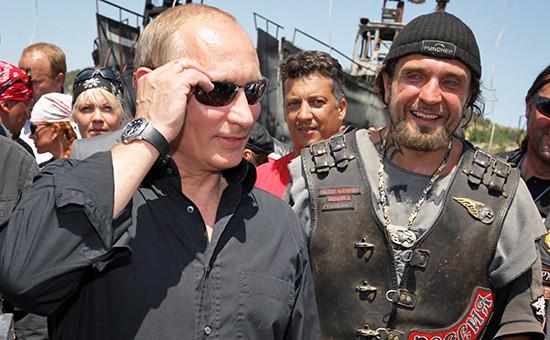 Президент РФ Владимир Путин и лидер мотоклуба «Ночные волки» Александр Залдостанов (слева направо)