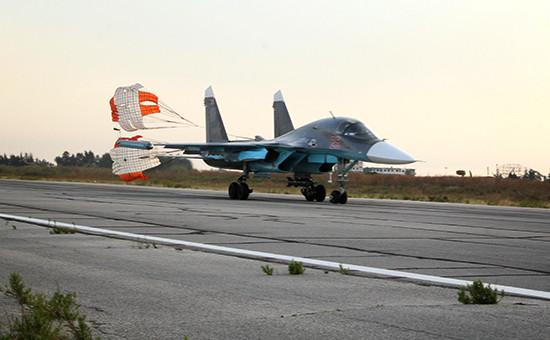 Российский самолет СУ-34 на аэродроме около Латакии.1 октября 2015 года