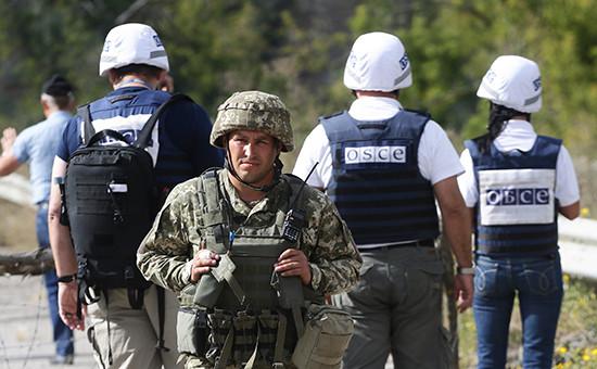 Военнослужащий и представители мониторинговой миссии ОБСЕ