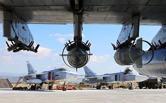 Российские фронтовые бомбардировщики Су-24 на авиабазе Хмеймимв сирийской провинции Латакия. Фото: ноябрь 2015 года